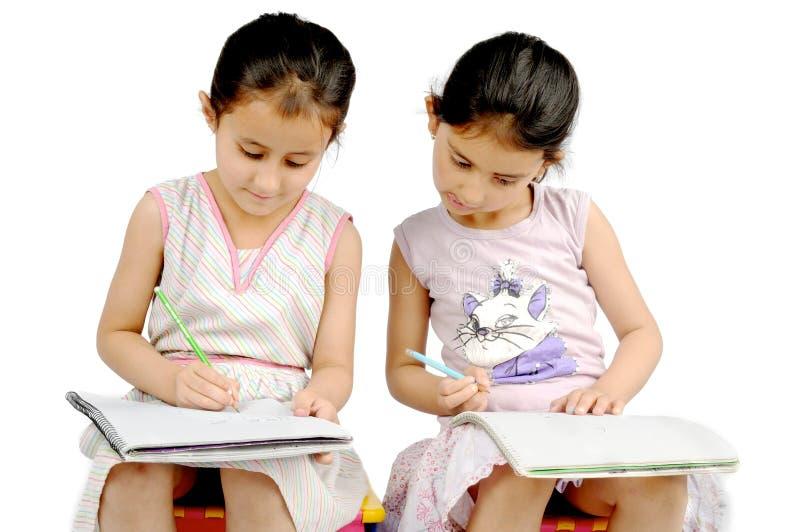 Kinder, die ihre Hausarbeit tun. stockbilder