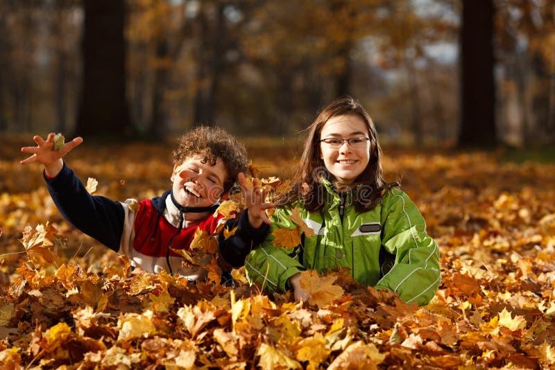 Kinder, Die Im Herbstpark Spielen Stockfoto