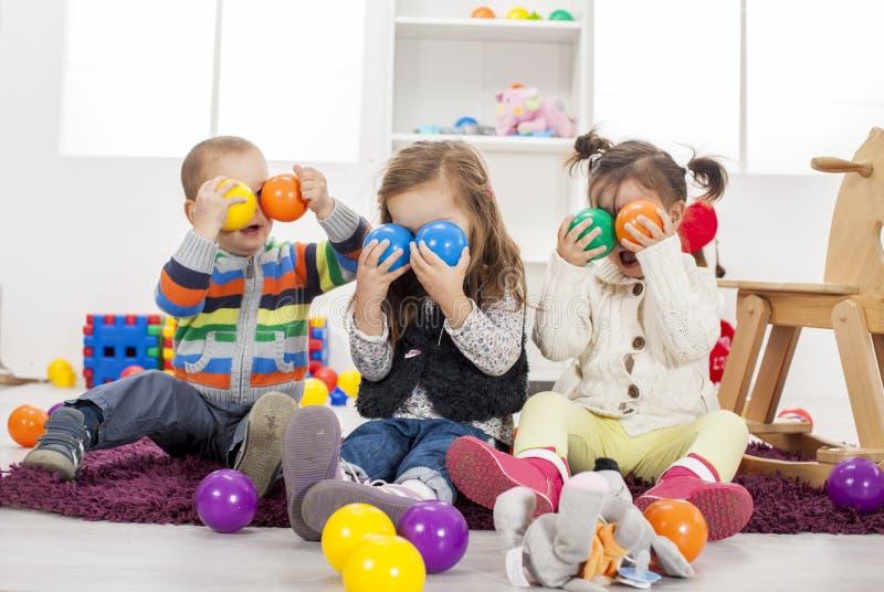 Kinder, die im Raum spielen lizenzfreies stockbild