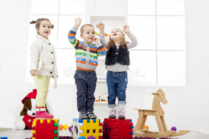 Kinder, die im Raum spielen stockbilder
