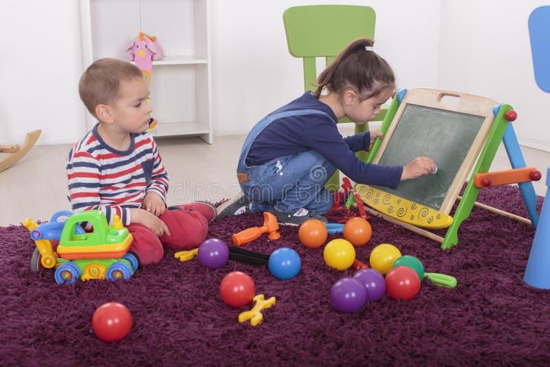 Kinder, die im Raum spielen stockfoto