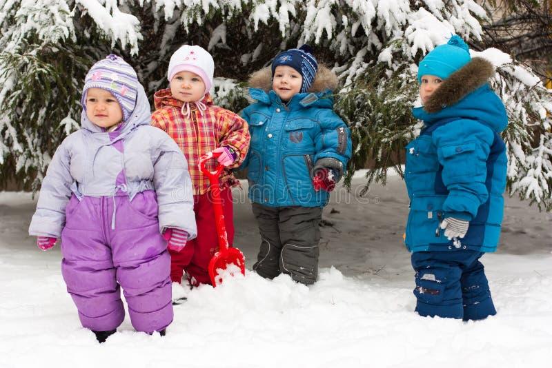 Kinder, die im Schnee im Freien spielen stockfotos