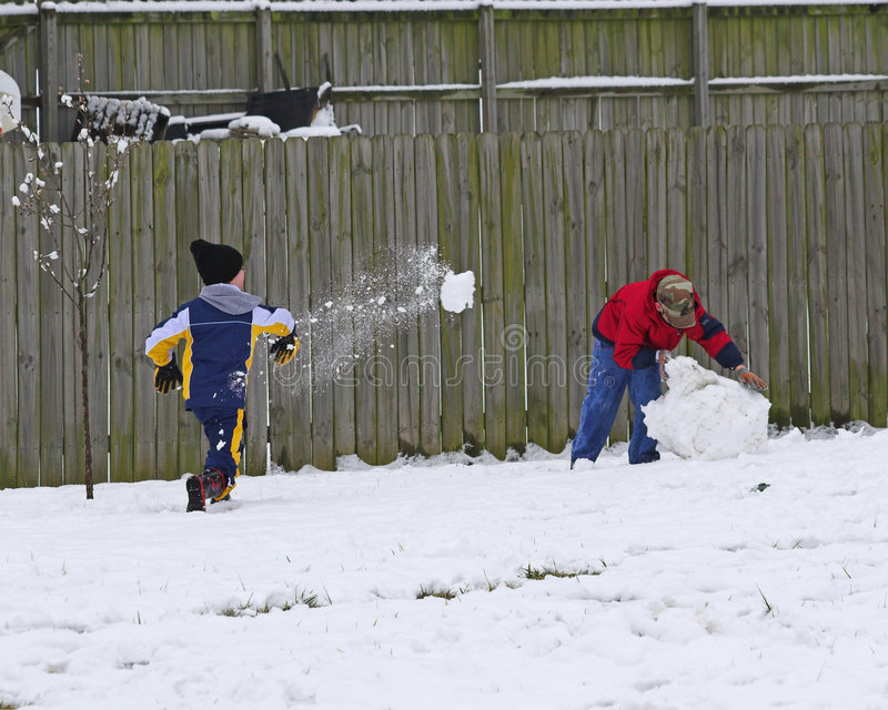 Kinder, die im Schnee spielen stockbild