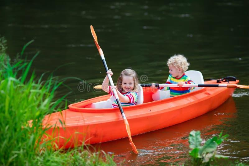 Kinder, die im Sommersportlager Kayak fahren lizenzfreies stockfoto