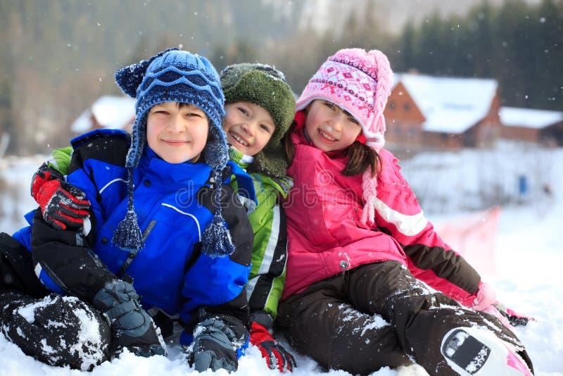 Kinder, die im Winter spielen lizenzfreie stockfotos