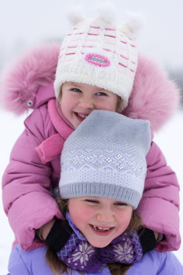 Kinder, die im Winter spielen lizenzfreies stockfoto