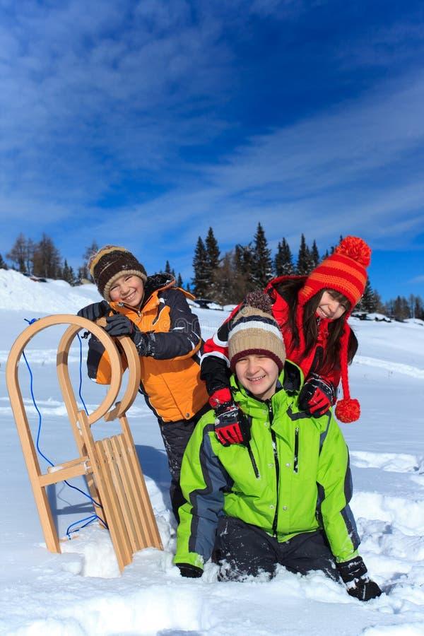 Kinder, die im Winterschnee spielen stockbilder