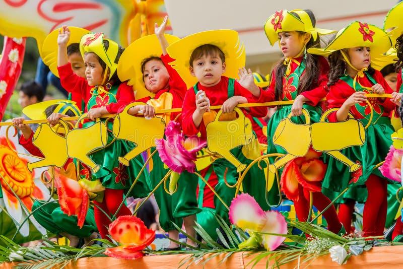 Kinder, die Karneval auf Stadt-Straßen feiern lizenzfreies stockfoto