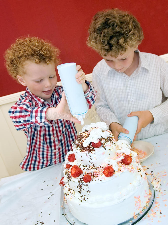 Kinder, die Kuchen backen lizenzfreie stockfotos