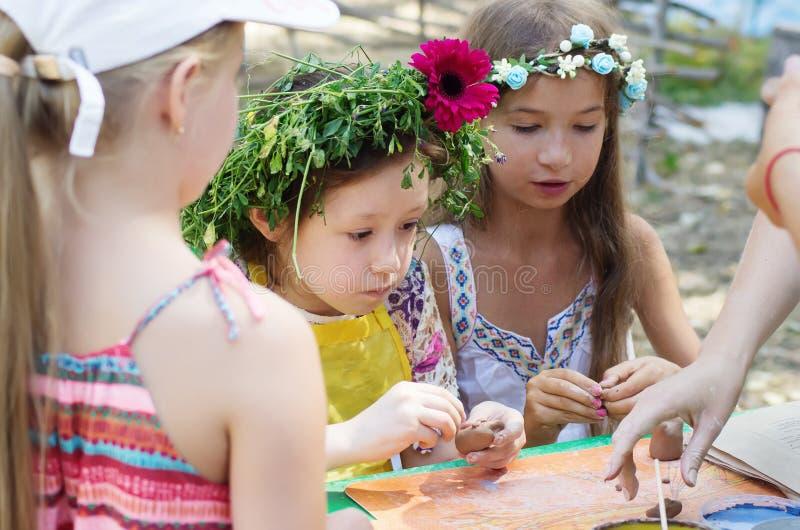 Kinder, die Lehmhandwerk machen stockfoto