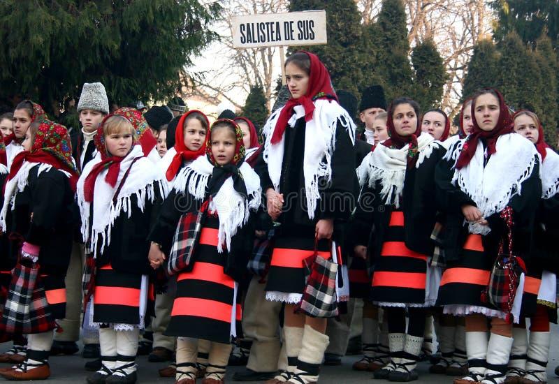 Kinder, die Liede in einer jährlichen Konkurrenz singen stockbild
