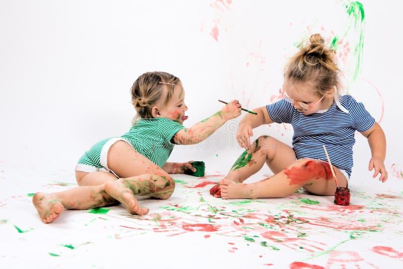 Kinder, die mit Anstrich spielen lizenzfreies stockfoto