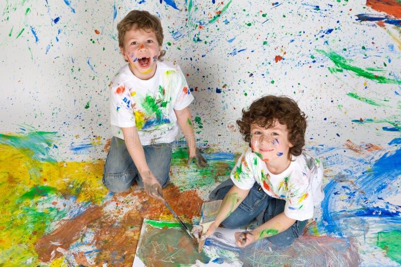 Kinder, die mit Anstrich spielen lizenzfreie stockfotografie