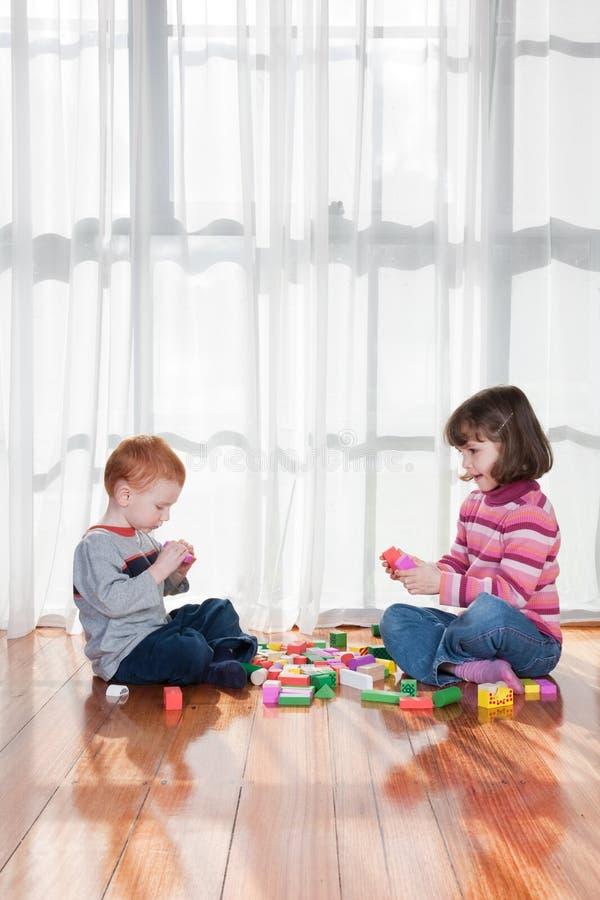 Kinder, die mit Blöcken spielen lizenzfreies stockbild