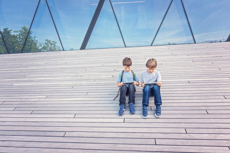 Kinder, die mit dem Tablet-Computer im Freien spielen Lerntechnologie-Freizeitkonzept der Leutebildung stockfotos