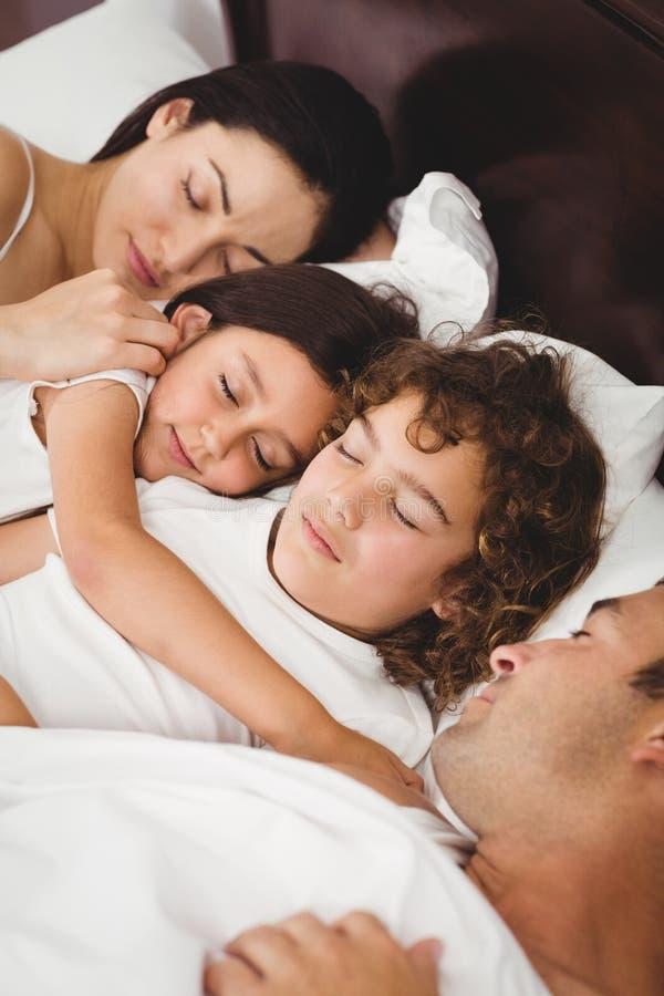 kinder die mit eltern auf bett schlafen stockfoto bild von r ckseite beil ufig 67753154. Black Bedroom Furniture Sets. Home Design Ideas