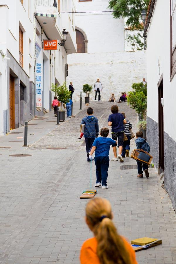 Kinder, die mit hölzernen Planken spielen stockfoto