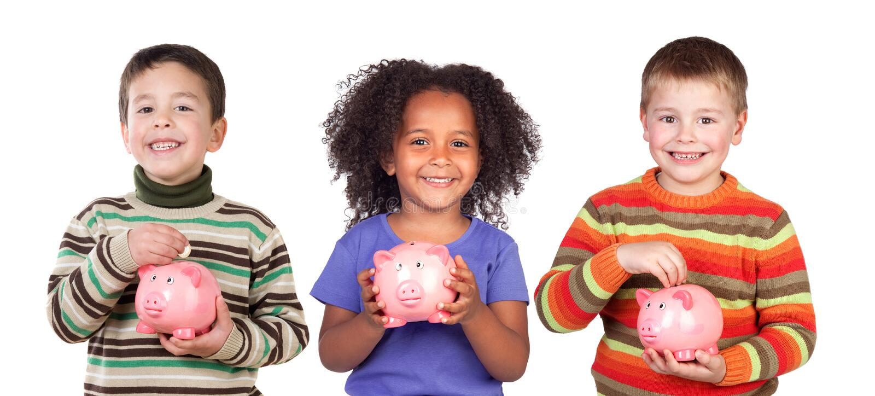 Kinder, die mit ihrem Sparschwein speichern lizenzfreie stockbilder