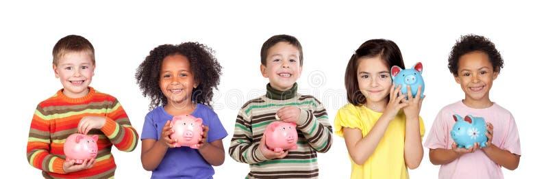 Kinder, die mit ihrem Sparschwein speichern stockbilder