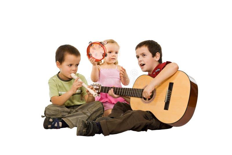 Kinder, die mit Instrumenten spielen stockfotos