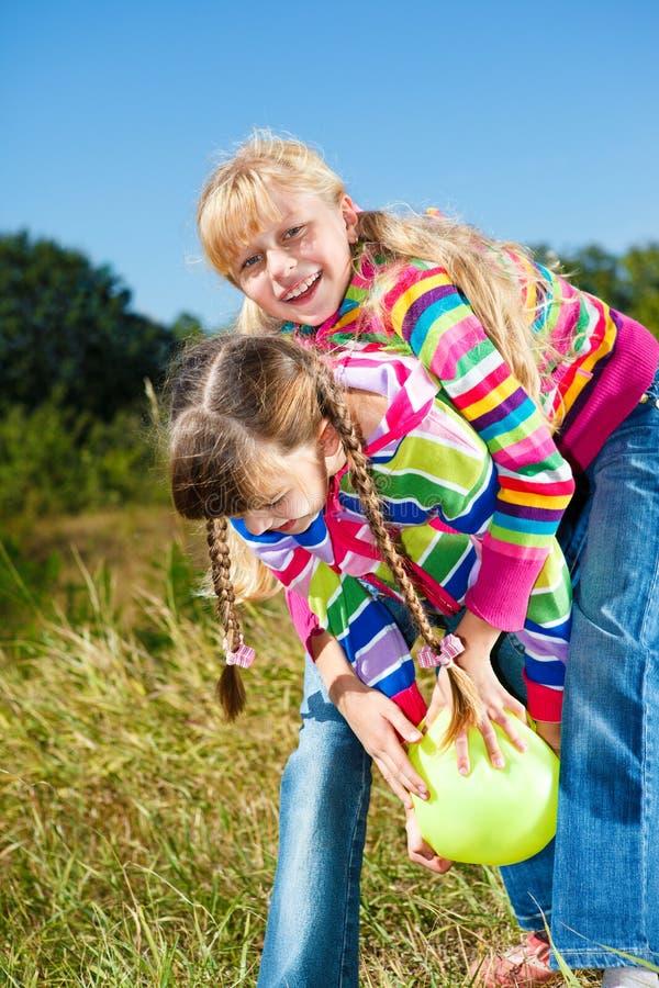 Kinder, die mit Kugel spielen stockbilder