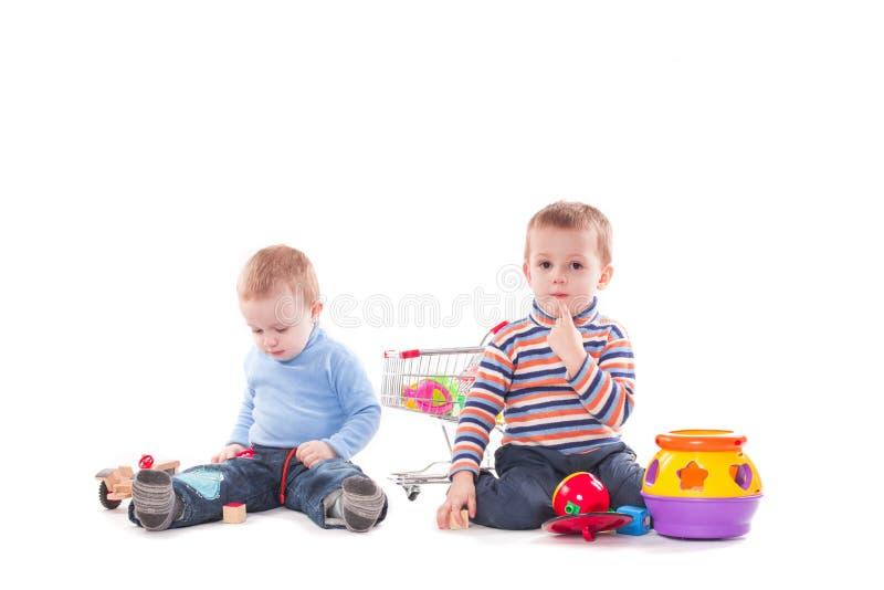 Kinder, die mit pädagogischen Spielwaren spielen stockbilder