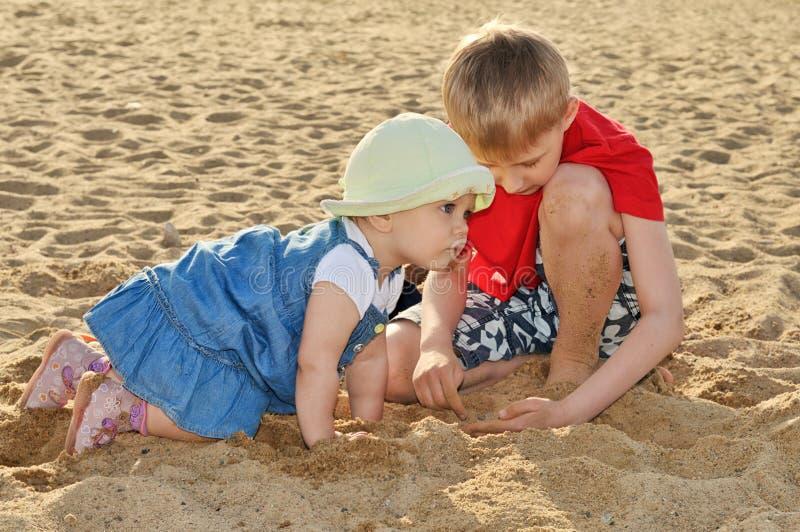 Kinder, die mit Sand spielen stockfoto