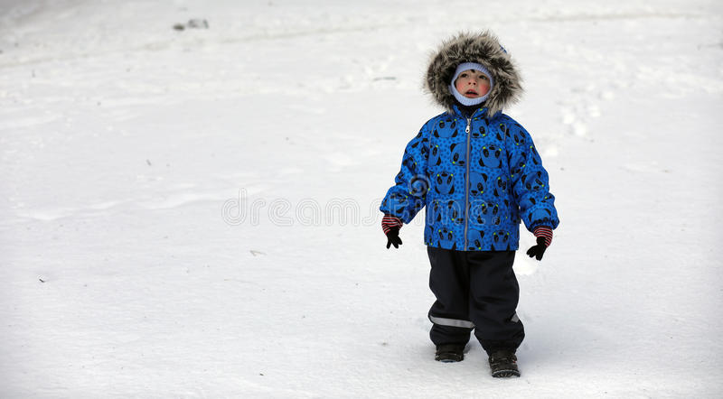 Kinder, die mit Schnee im Winter auf Hinterhof spielen stockbilder