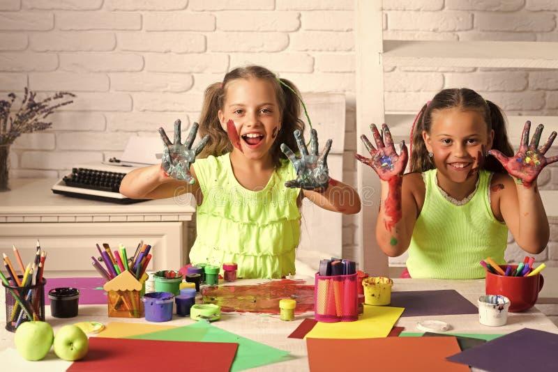Kinder, die mit Spielwaren spielen Fantasie-, Kreativitäts- und Freiheitskonzept stockfotografie