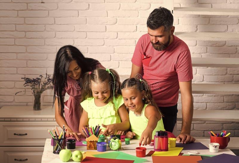 Kinder, die mit Spielwaren spielen Fingermalerei und Künste lizenzfreies stockbild