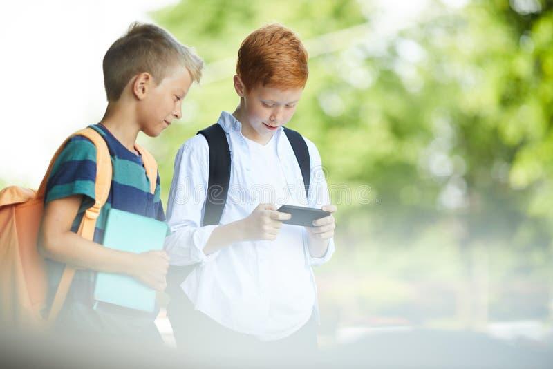 Kinder, die mit Telefon spielen stockbild