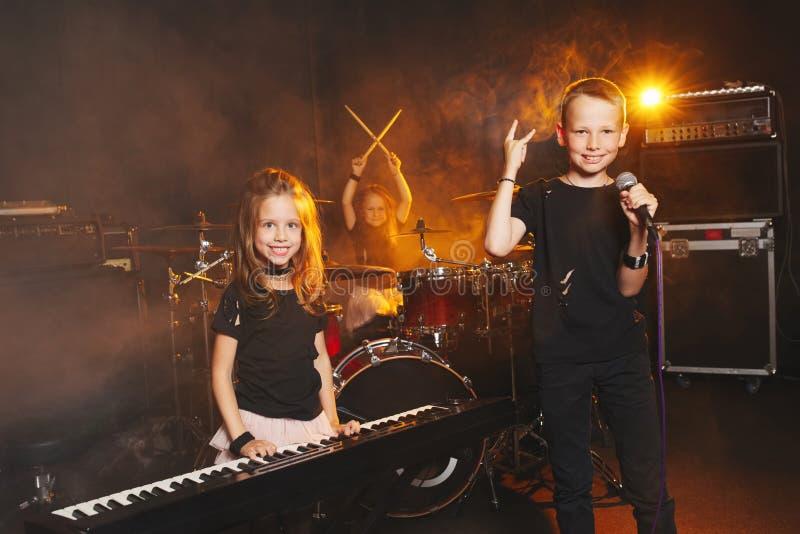 Kinder, die Musik singen und spielen stockfotos