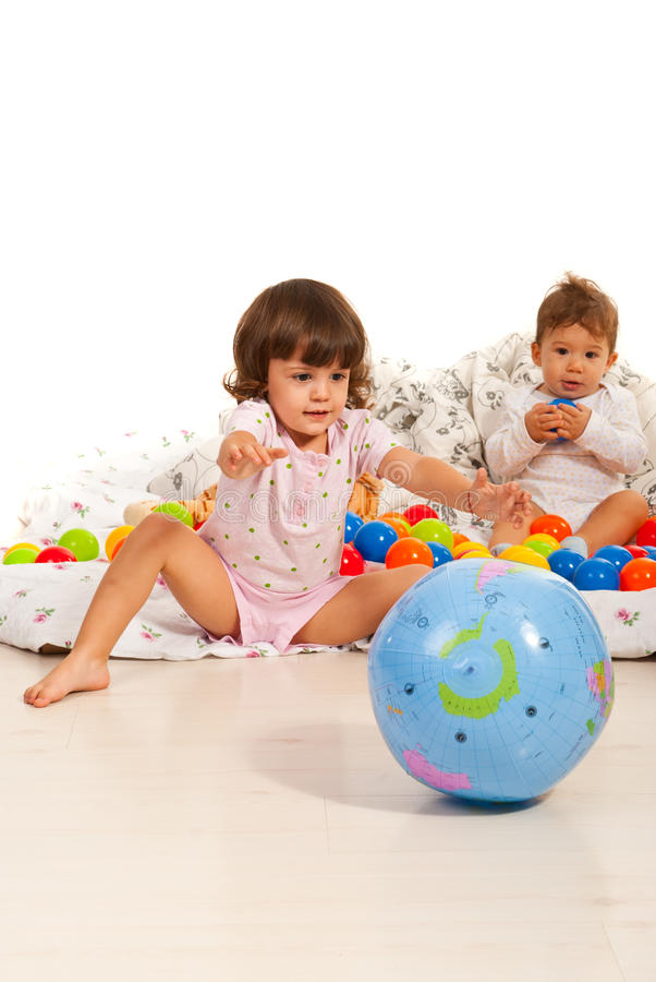 Kinder, die nach Hause mit Bällen spielen stockbilder