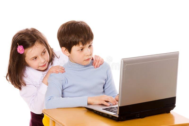 Kinder, die Netz surfen lizenzfreie stockfotos
