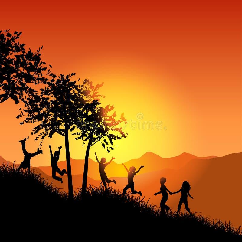 Kinder, Die Oben Einen Grasartigen Hügel Laufen Lassen Stockfotos