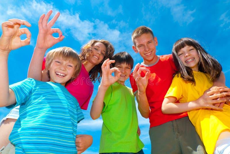 Kinder, die okayzeichen zeigen stockfoto