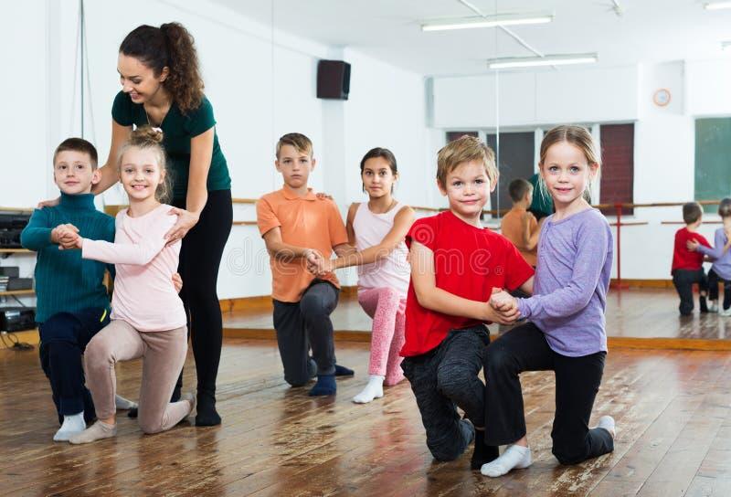 Kinder, die Paartanz tanzen lizenzfreies stockbild