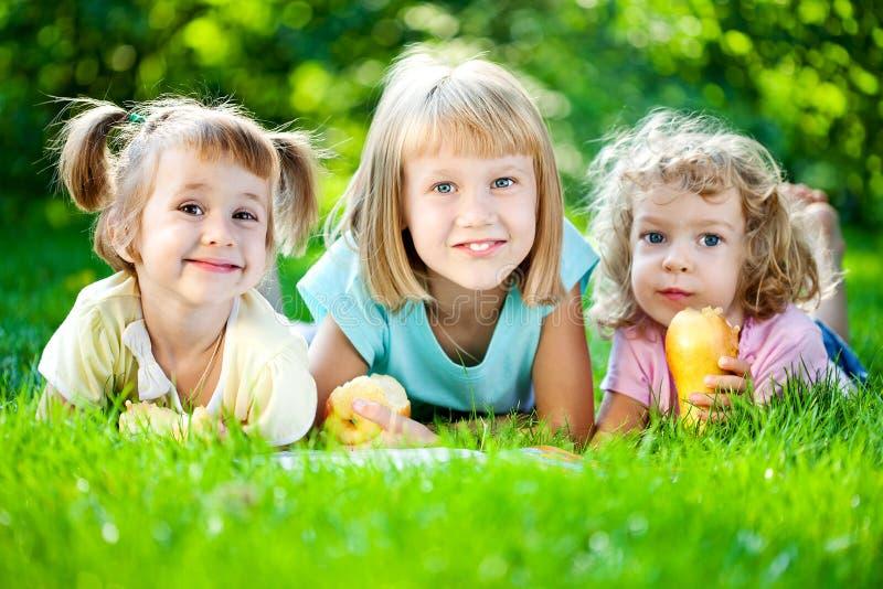 Kinder, die Picknick haben stockfotografie