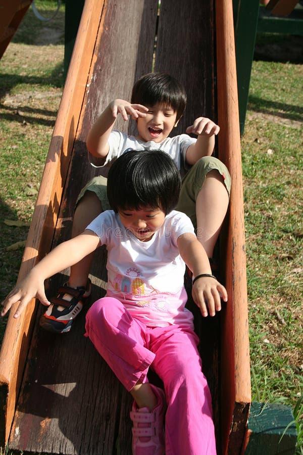 Kinder, die Plättchen spielen lizenzfreie stockfotos