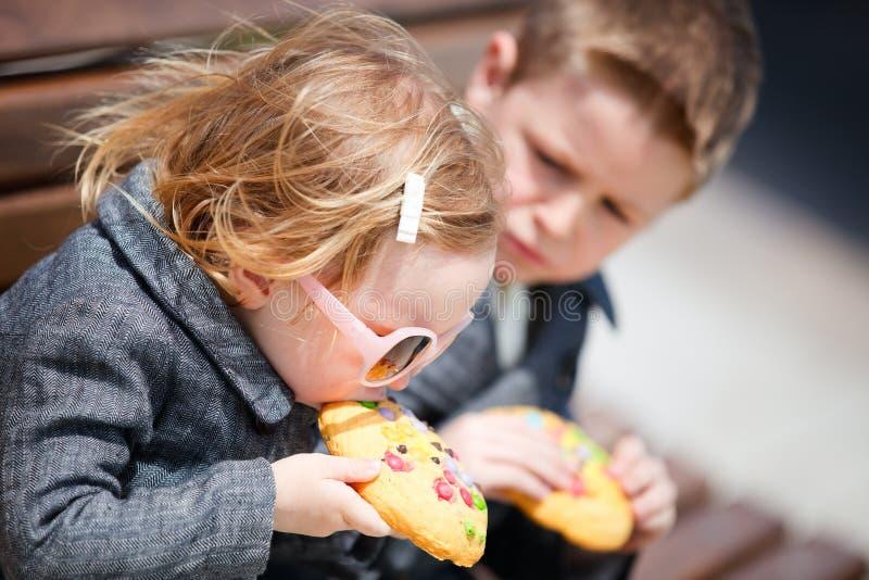 Kinder, die Plätzchen essen lizenzfreie stockfotografie