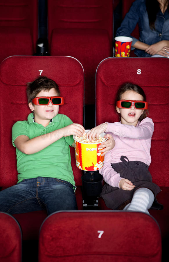 Kinder, die Popcorn teilen lizenzfreies stockfoto
