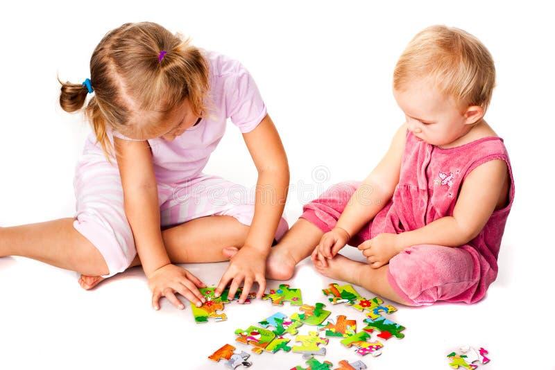 Kinder, die Puzzlen lösen stockbild