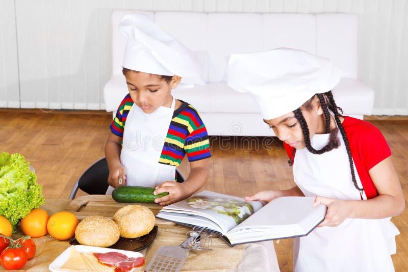 Kinder, die Salat bilden stockfotos