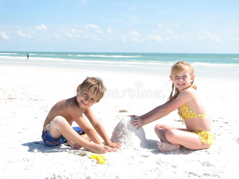 Kinder, die Sandcastles aufbauen stockbilder