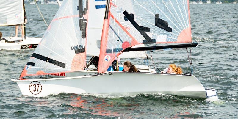 Kinder, die Schlauchboote segeln stockbild