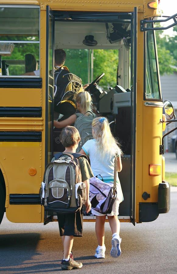 Kinder, die in Schulbus einsteigen stockfotos