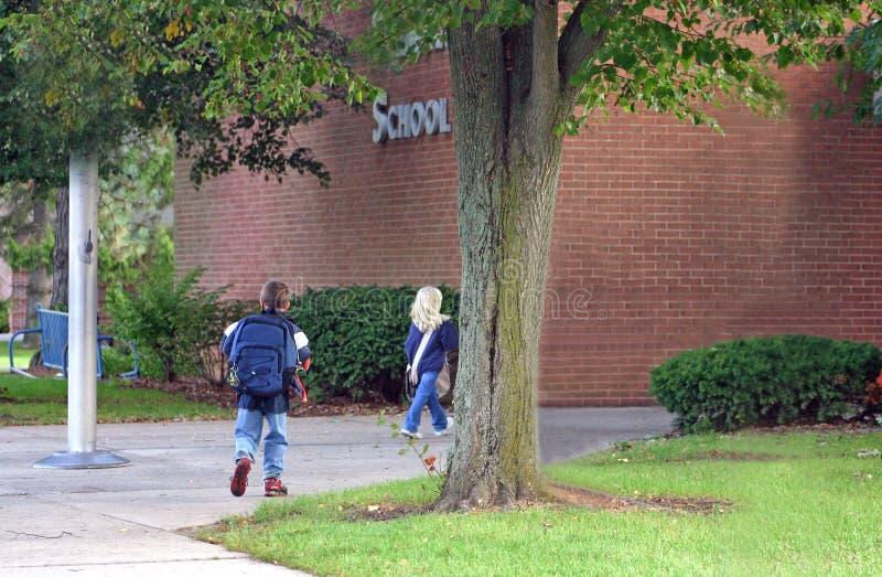 Kinder, die in Schule einsteigen lizenzfreies stockbild