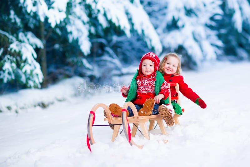 Kinder, die Spaß auf einer Pferdeschlittenfahrt im Winter haben lizenzfreie stockfotografie