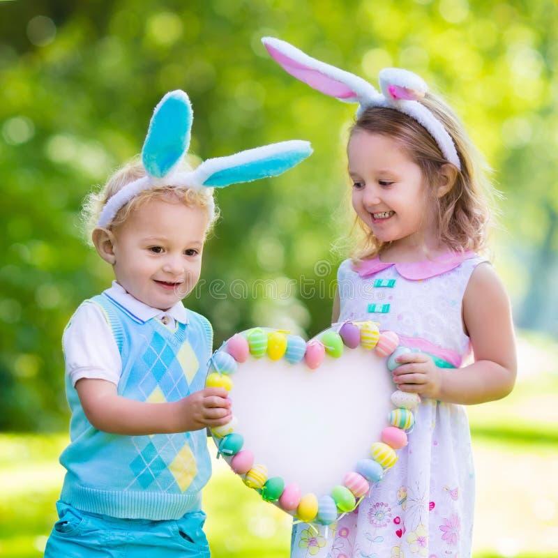 Kinder, die Spaß auf Ostereijagd haben stockfoto