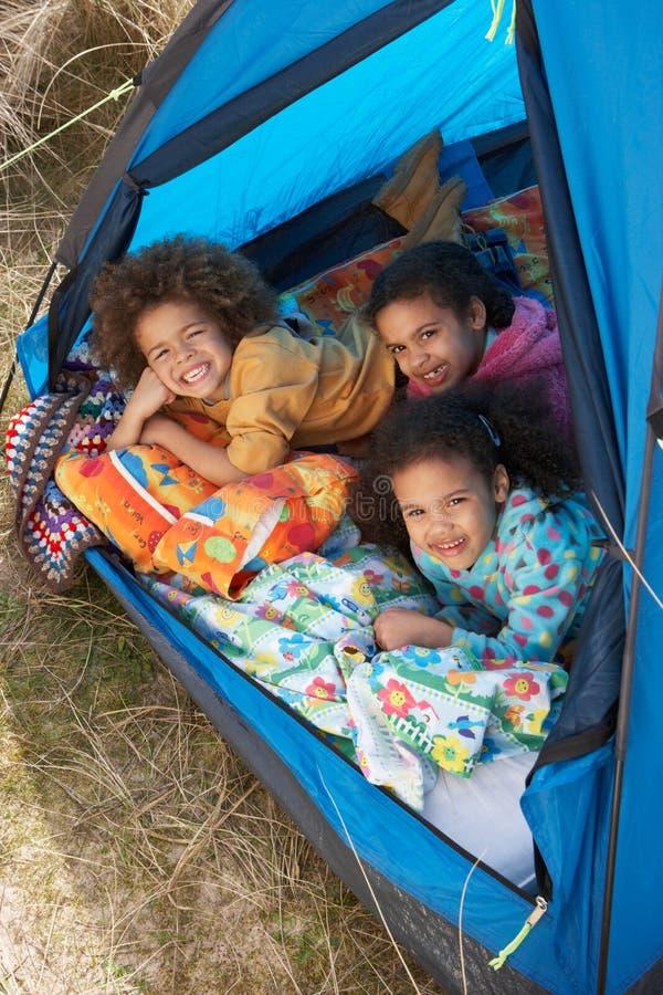 Kinder, die Spaß innerhalb des Zeltes an kampierendem Feiertag haben stockfotos